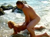 Vidéo porno mobile : Hot couple have sex on the beach